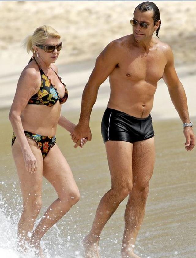 с молодой женой на пляже