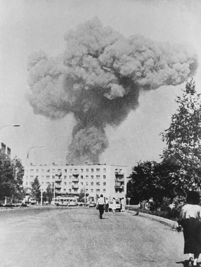 Одни говорили, что это взрывается нефтеперерабатывающий завод. Память о Чернобыльской трагедии на тот момент была жива как никогда. Так как неподалеку находился ядерный секретный город Арзамас-16 (сейчас Саров), многие решили, что взорвалось что-то там, а облако пыли приняли за гриб от ядерного взрыва.