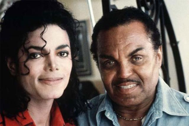 """Джексон вспоминал, что Джозеф садился на стул с ремнем в руке, когда он репетировал вместе с братьями, и что """"если ты что-то сделал не так, он доведет тебя до слез, реально достанет тебя"""" ."""
