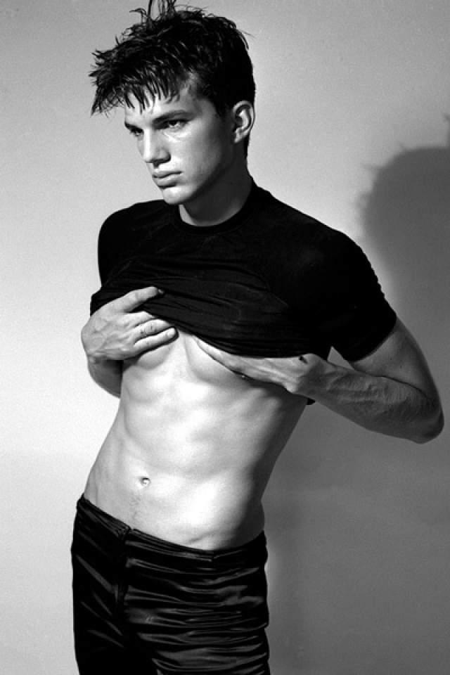 Эштон Кутчер начинал карьеру со съемок в телешоу и в качестве модели.