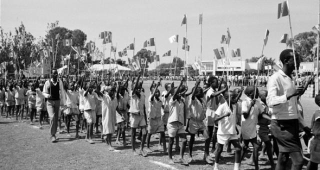 В 1962 году страна провозгласила независимость. На тот момент основными этническими группами там были хуту и тутси, причем особых антропологических и языковых различий между ними уже не существовало.