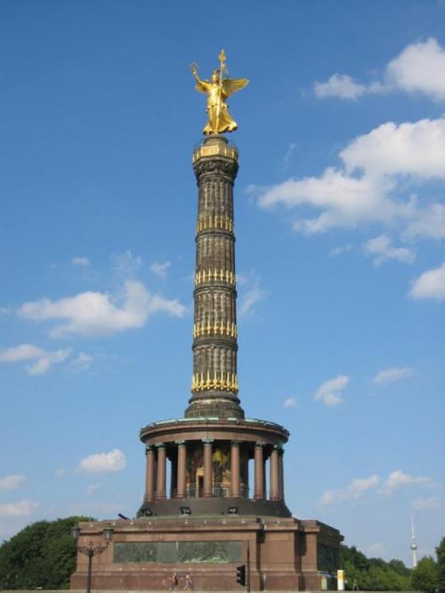 Кроме того, на новое место была перенесена Колонна победы, заодно увеличившись в высоту на 7,5 метров.