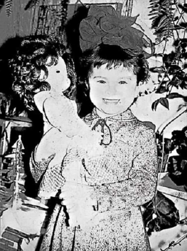 Ани Лорак получила в подарок куклу.
