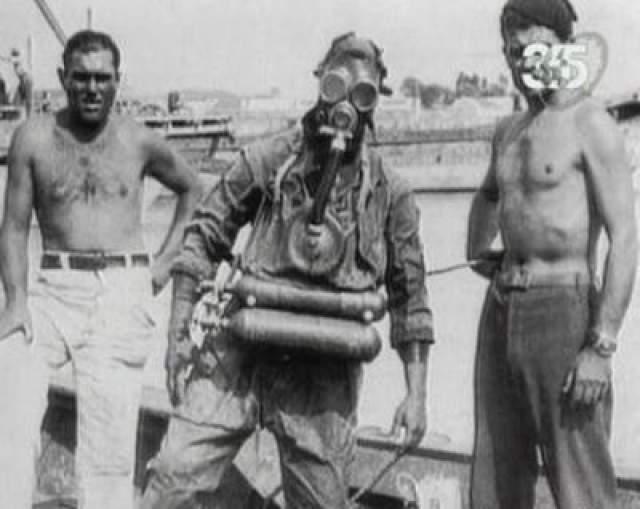 Однако, существует еще одна версия его загадочного исчезновения. У Крэбба во время погружения что-то случилось с подачей воздуха, он всплыл, был обнаружен вахтенным матросом, который доложил лейтенанту, а тот снайперским выстрелом в голову убил Крэбба. На фото: боевые пловцы того времени