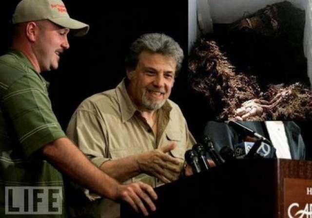 """Останки бигфута В августе 2008-го мир узнал, что наука наконец-то получила в свое распоряжение снежного человека. Правда, мертвого, но в превосходном состоянии. Об этом обьявили на пресс-конференции в Пало-Альто (Калифорния) """"криптозоолог"""" Том Бискарди и два охотника за снежным человеком - Рик Дайер и Мэтью Уиттон."""