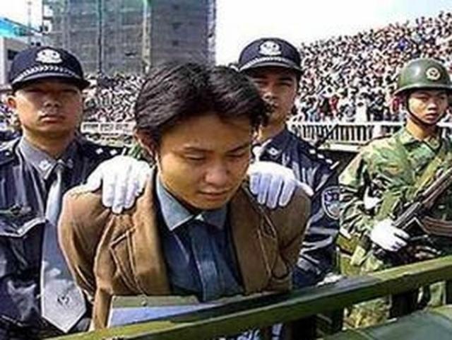 За мошенничество на глазах толпы казнили предпринимателя Ван Чжэндуна, бизнесмена Чжан Юйцзюня и Гэн Цзипина (они изготавливали некачественную продукцию, отравили испорченной смесью для детского питания нескольких детей).
