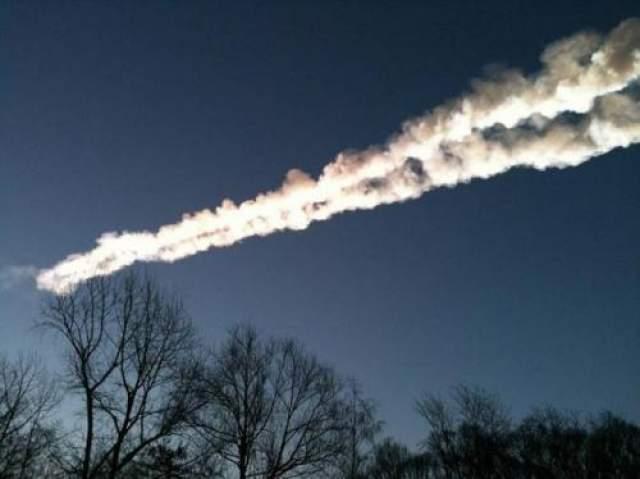 Взорвавшись в воздухе, метеорит разделился на множество частей, самая крупная из которых упала в озеро Чебаркуль неподалеку от Челябинска, а остальные осколки разлетелись по обширной территории, включая некоторые регионы России и Казахстана. По данным NASA, это самый большой космический объект, падавший на Землю, со времен Тунгусского болида.