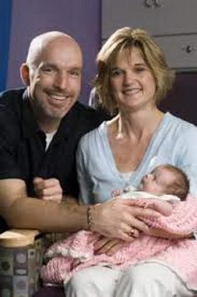 Ребенок с редкой опухолью, которому довелось родиться дважды Кери МакКартни находилась на 4 месяце беременности, когда доктора обнаружили на теле ребенка опасную опухоль, размером с грейпфрут, которая мешала циркуляции крови у ребенка и ослабляла его сердце. Доктора решили попытаться спасти ребенка.