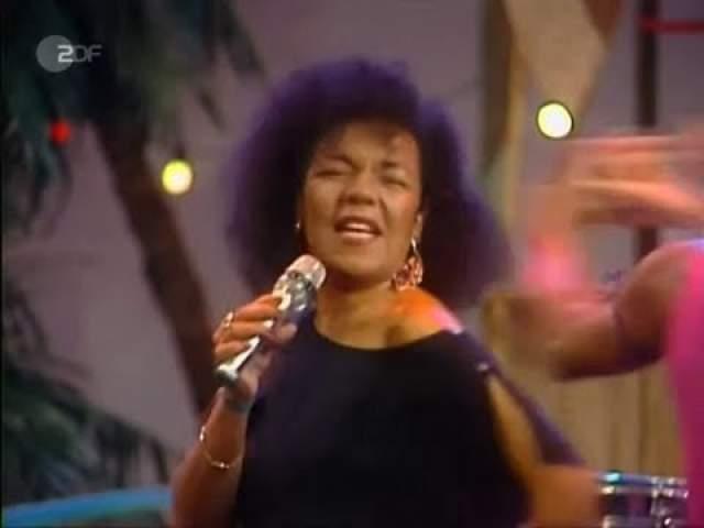 """В 1989 году сингл разошелся в количестве 25 млн копий - все танцевали ламбаду. Кроме Японии - до 1992 года этот танец там запрещали. В СССР """"Ламбада"""" была невероятно популярна, перевод текста песни опубликовали в газете """"Пионерская правда"""", а танец разучивали в школах. Ламбаду танцевал даже Заяц из """"Ну, погоди!""""."""