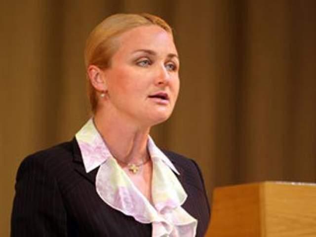 Лукашенко даже прилюдно оскорблял свою фаворитку, но среди чиновников ее считают одной из немногих женщин, способных влиять на президента. В 2004 году Абельская родила сына.