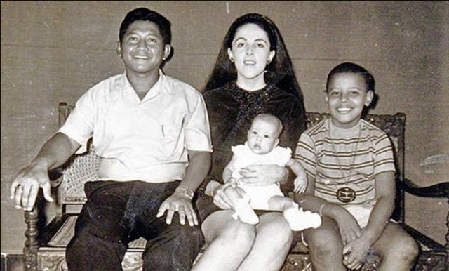 После развода мать Барака вышла замуж за индонезийца, и все детство, до момента, когда ему стукнет 10, Обама провел в Джакарте.