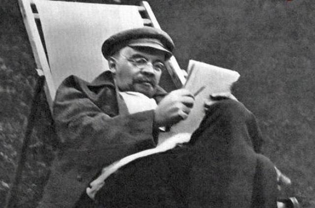 Для лечения были вызваны ведущие немецкие специалисты по нервным болезням. Последнее публичное выступление Ленина состоялось 20 ноября на пленуме Моссовета. 12 декабря Ленин в последний раз работал в Кремле.