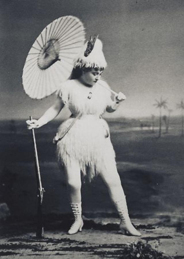 Девушки разыгрывали юмористические сценки в тончайших чулках и платьях-рубашках до колен.