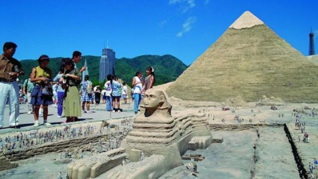 На самом деле, фото вообще не имеет никакого отношения к Египту, а было сделано в японском тематическом парке Tobu World Square.