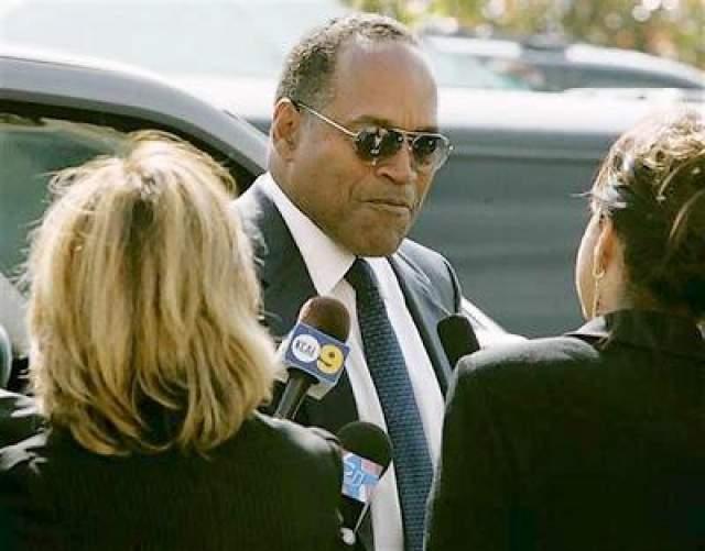 """Несмотря на ряд крайне убедительных улик и доказательств, суд присяжных вынес оправдательный вердикт, в основу которого легла версия """"заговора полицейских"""" против темнокожего населения США, а также версия с колумбийской наркомафией, которая планировала убить подругу Николь Браун-Симпсон, Фэй Резник, которая жила в одном доме с ней, однако по ошибке расправилась с бывшей женой спортсмена."""