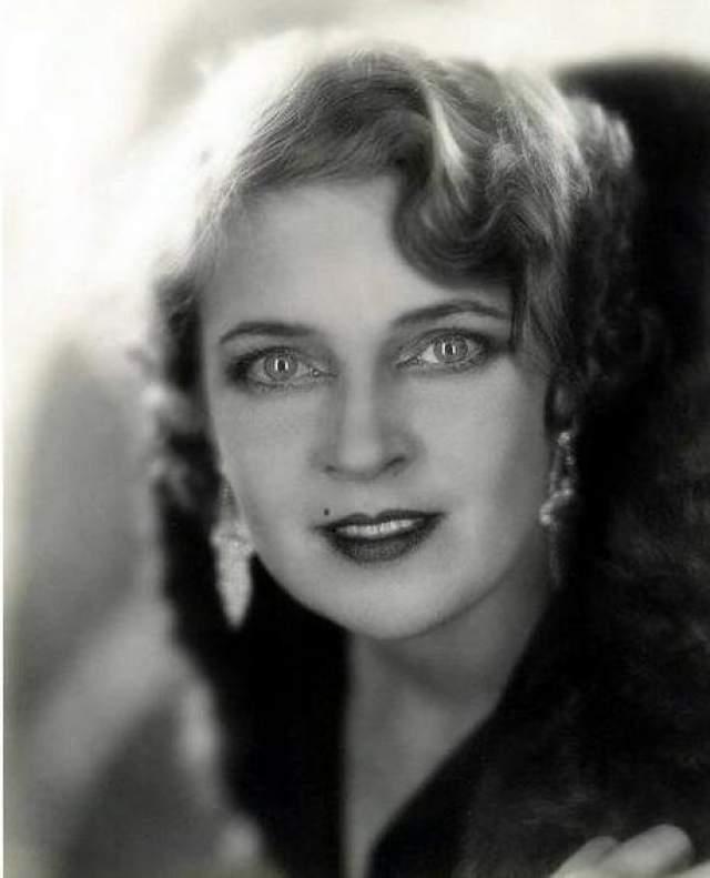 """Работая в театре, она получала предложения и ролей в кино - сначала в небольшой роли в мелодраме """"Голубки"""", дальше - больше. Она понравилась популярному актеру Конраду Фейду настолько, что он тут же предложил ей стать партнершей по фильму """"Человек, который смеется"""". Экранизация Гюго с ее участием по сей день считается одной из лучших, начиная с 1928 года."""