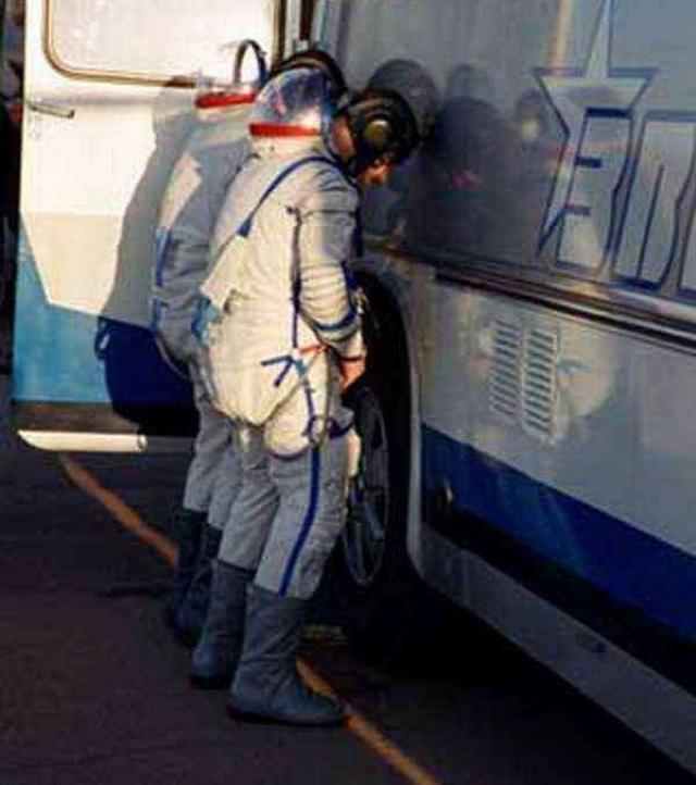 Еще одна традиция: нужно справить малую нужду на колесо автобуса, везущего космонавтов на стартовую площадку.