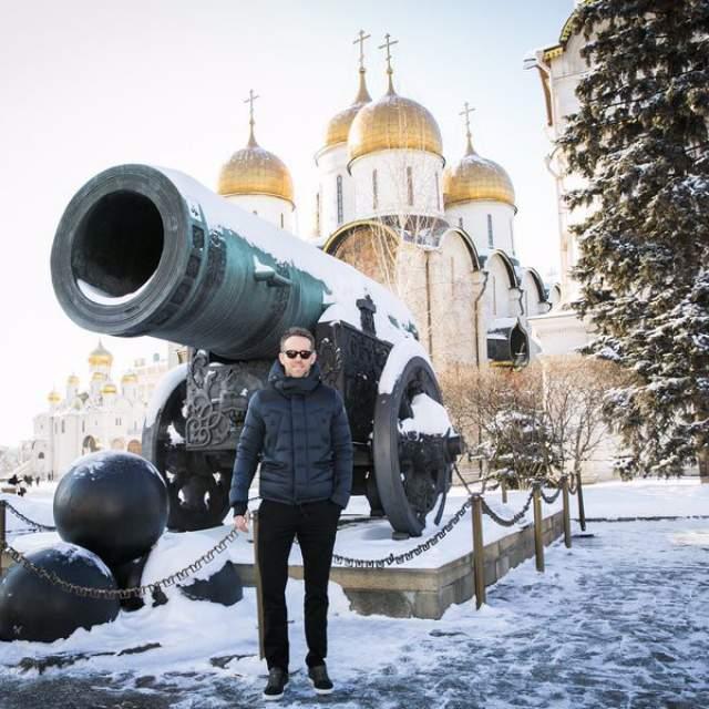 """2016 год, премьера фильма """"Дэдпул"""", Райан Рейнольдс морозит ушки у царь-пушки."""