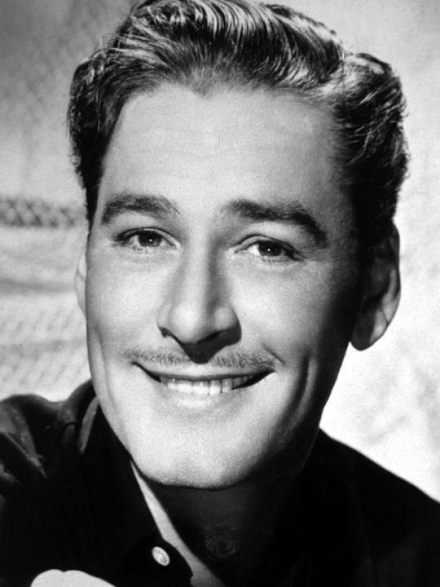 Оба обвинения актер отрицал. Слушание дела состоялось в феврале 1943 года в суде Лос-Анджелеса. В итоге десять из двенадцати присяжных признали его невиновным, и Флинн был оправдан. Флинн стал еще более популярен у публики, в особенности у дам.
