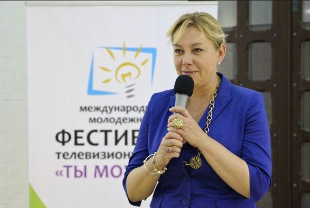 """В 2014 Арина стала президентом """"Школы искусств и медиатехнологий"""", в том же году появилась в качестве ведущей проекта """"Остров Крым""""."""