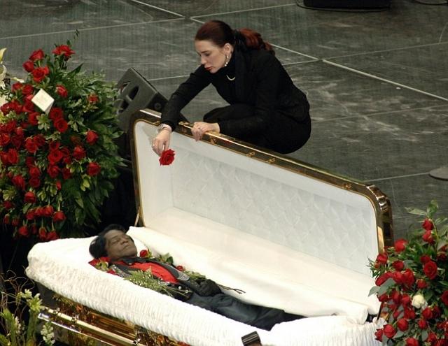 """Прощание с ним состоялось в нью-йоркском театре """"Аполло"""" в Гарлеме. Его гроб был практически таким же, как впоследствии гроб Майкла Джексона, соответственно и его цена была заоблачной."""