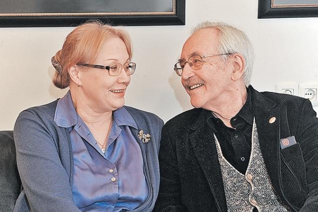 Его супруга, Елена Артемьевна Ливанова, находится рядом с мужем на протяжении сорока лет. В день своей серебряной свадьбы они обвенчались. Спутница Василия Ливанова работает художником-аниматором.