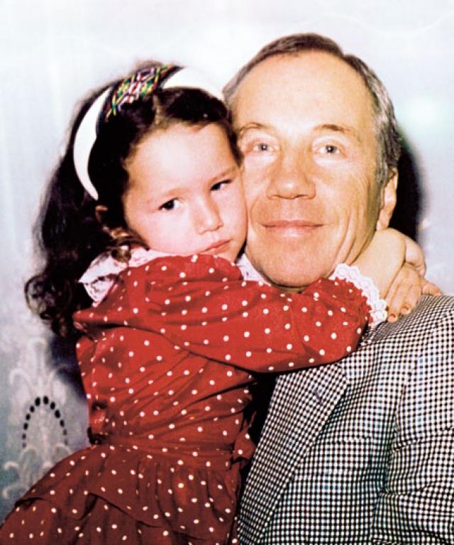 В 53 года Крамаров впервые в жизни стал отцом. За него вышла замуж бывшая одесситка Марина и родила ему дочь Басеньку, которую Савелий Викторович любил просто безмерно.
