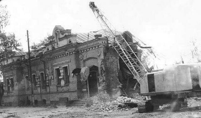 В ночь с 17 на 18 сентября 1977 по распоряжению Ельцина был снесен бульдозером стоявший в центре Свердловска особняк купца Ипатьева, в котором в 1918 году расстреляли Николая II с женой, детьми и слугами.