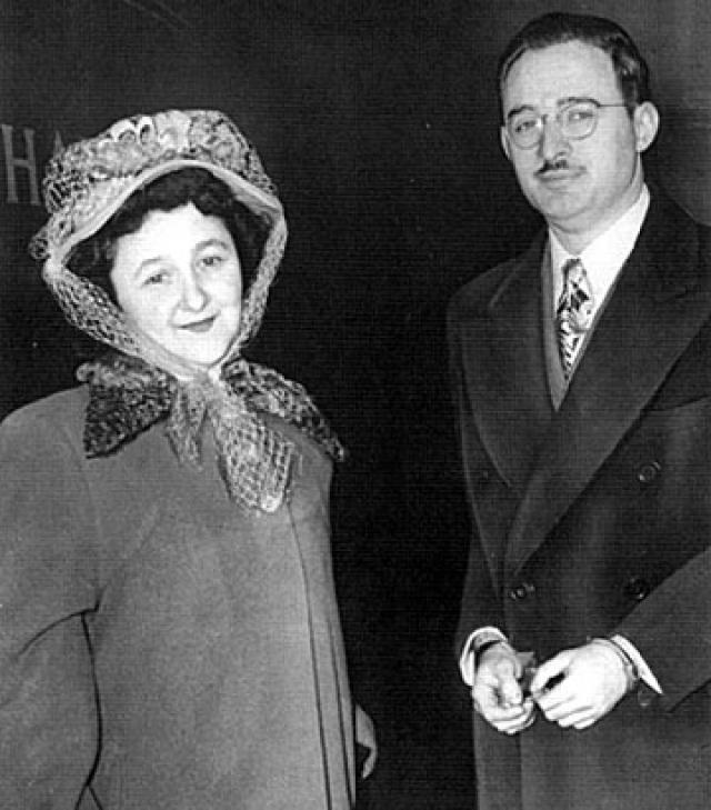 Джулиус и Этель Розенберги были детьми евреев-эмигрантов, которые покинули Россию в поисках лучшей жизни. Оба родились в Нью-Йорке. Не было ничего, что бы как-то выделяло эту супружескую пару из числа сограждан.