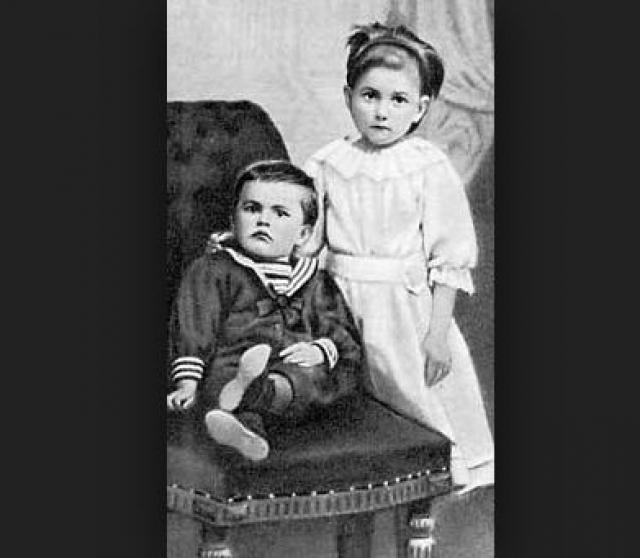 Владимир Маяковский родился в селе Багдати Кутаисской губернии в Грузии, в семье лесничего. У него было две сестры, а два брата скончались в раннем возрасте.