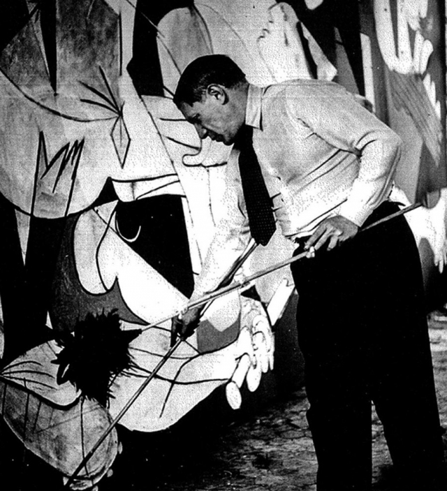 """Огромное полотно-фреска """"Герника"""", написанная в 1937 году, рассказывает о налете добровольческого подразделения люфтваффе на город Герника, в результате которого шеститысячный город был полностью уничтожен."""