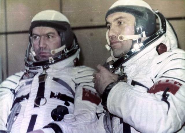 """В. В. Рюмин и Л. И. Попов. Космонавты, которые провели в космосе 185 суток, описывали """"гигантскую сигару"""", которая в какой-то момент распадалась на рой светящихся белых точек. В любой момент """"точки"""" могли склеиться, составив одно целое…"""""""