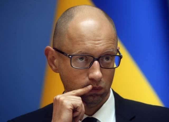 """После драки Яценюк заявил, что в Раде """"много дебилов"""", а бунтующие возле здания парламента активисты потребовали, чтобы Яценюка с собой забрал президент США."""