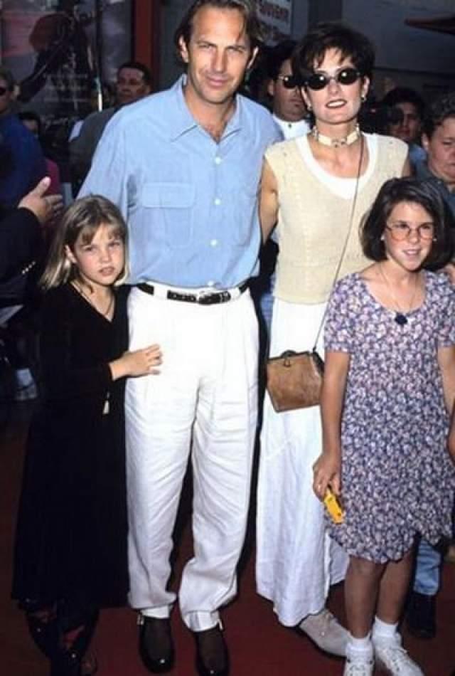 До начала 1990-х союз был почти безупречным: у супругов родились трое детей, и семейная жизнь текла как по маслу. На фото: Кевин Костнер с семьей