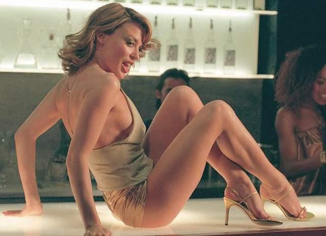 Кайли Миноуг Кайли Миноуг застраховала попу на $ 5 миллионов. Она призналась, что прибегает к чужой помощи, чтобы ее попа выглядела лучше, когда она снимается в клипах.