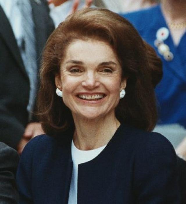 Жаклин Кеннеди (64 года). В январе 1994 года у Кеннеди-Онассис был диагностирован рак лимфатических желез. Семья и доктора сначала были оптимистичны.
