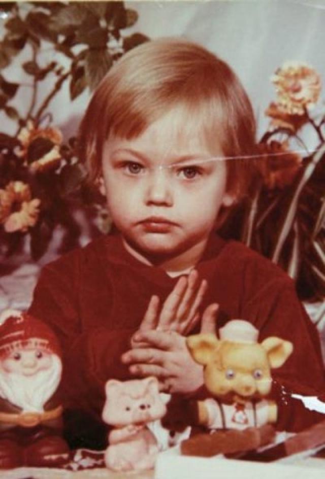 Саша Пивоварова. Девушка - москвичка. С детства она мечтала стать не моделью, а художницей, посещала выставки и музеи, а после школы даже поступила в РГГУ на факультет истории искусства.