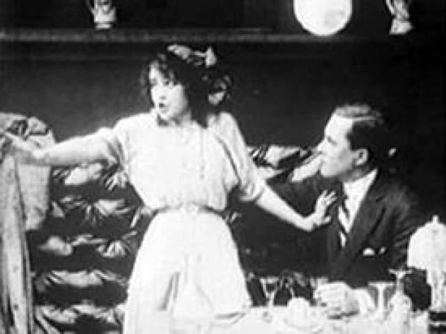 """Дело официально так и числится нераскрытым, но в 1964 году, возможно, свет на историю все-таки пролился. В больнице умирала актриса Маргарет Гибсон, которая в юности не раз попадала в полицию за проституцию и воровство. Затем Гибсон стала верующей, и на смертном одре прошептала: """"Я застрелила Уильяма Десмонда Тейлора""""."""