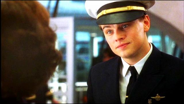 Леонардо Ди Каприо. Тинейджера Фрэнка Эбигейла, успевшего поработать адвокатом, врачом и пилотом, Лео сыграл в 28 лет.