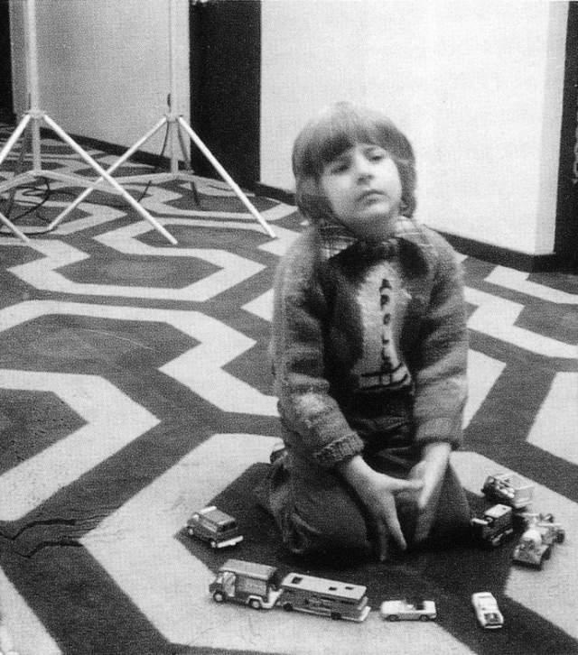 """19. Дэнни 43 раза повторяет """"Redroom"""" перед тем, как проснётся его мать."""