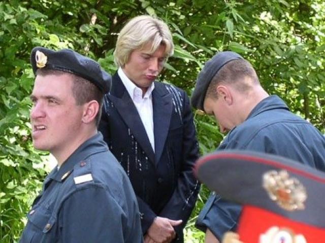 А по этому фото Николая Баскова создается впечатление, что певец разглядывает нечто ниже пояса у охранника.