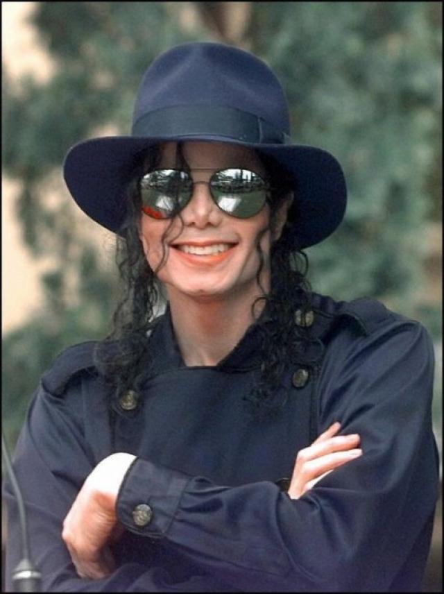 За Майклом Джексоном достаточно долгое время следил некий Фрэнк Пол Джонс, который шантажировал певца. По данным ФБР, опубликованных на Daily Mail, в 1990-м году Фрэнк Пол Джонс вымогал у Майкла деньги и угрожал убийством.