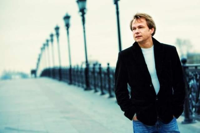 Певец покинул группу в 1998 году, когда истек контракт с продюсерскими центром Алибасова. По словам Бари Каримовича, уходя, Левкин получил в подарок машину Mercedes и квартиру на старом Арбате.