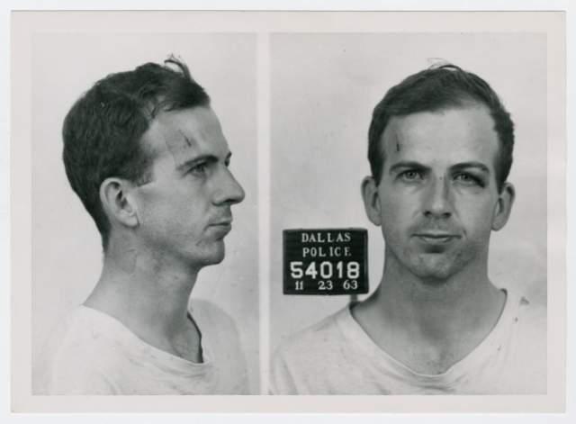 В убийстве Кеннеди был обвинен Ли Харви Освальд, который был застрелен через несколько дней в полицейском участке жителем Далласа Джеком Руби, который также впоследствии умер в тюрьме.
