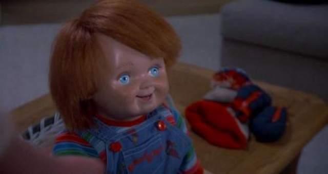"""""""Детская игра"""" В этом фильме ужасов серийного убийцу, практикующего вуду, по имени Чарльз Ли Рей, убивают в магазине игрушек. Его душа перемещается в ближайшую куклу, а кукла затем попадает в руки 6-летнего мальчика Энди. Куклу называют Чаки, и она начинает убивать, а душа убийцы, заключенная в ней, пытается завладеть телом Энди."""