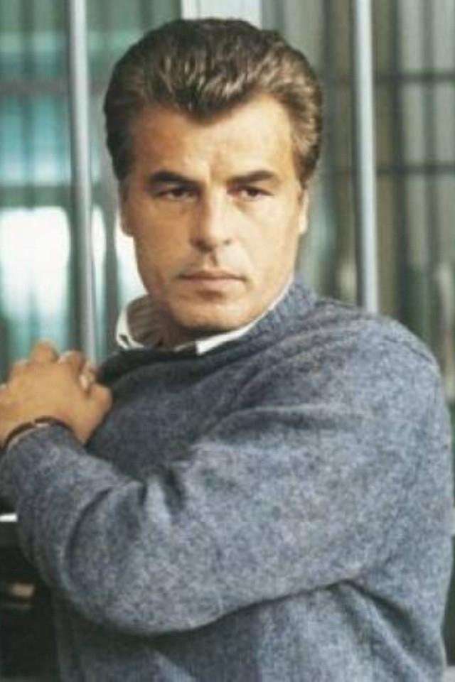 """Микеле Плачидо. Пожалуй, трудно было бы найти в 1980-х того, кто не знал бы этого актера телесериала """"Спрут"""", в котором он сыграл комиссара Коррадо Каттани. По словам Плачидо, в образ своего героя он вложил многие черты своего характера."""
