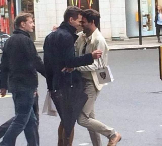 В конце мая 2014 года Марк-Френсис шокировал английское общество появившись на страницах Dailymail в обьятих неизвестного молодого джентельмена. На скандальных фото изображено как Ванделли страстно целует мужчину у всех на виду прямо на улицах Лондона.