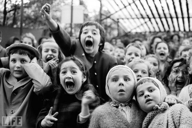 Кукольное представление (The Puppet Show, Alfred Eisenstaedt, 1963). Детское представление в парижском парке, момент убийства змея Святым Георгием.
