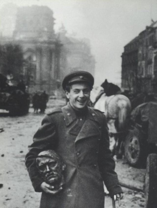 Поэт Евгений Долматовский со скульптурной головой Гитлера в Берлине.