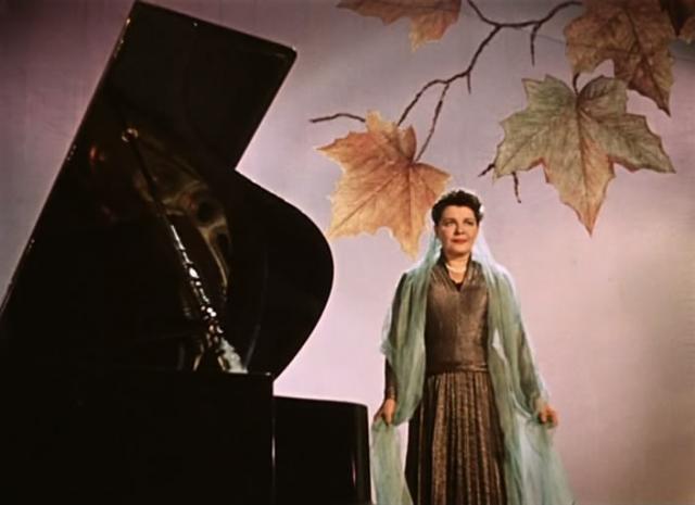 Ольга Николаевна Власова. Актриса с 1926 года выступала в Московском передвижном театре оперетты, а в 1928 году стала солисткой Московского театра оперетты, а советским кинозрителям стала известна после роли зав. библиотекой Аделаиды Кузминичны Ромашкиной.